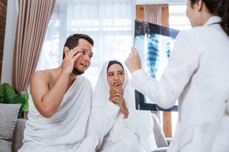 muslim woman and husband cancel travel Foto de archivo