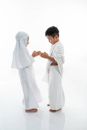 muslim asian children shake hands 版權商用圖片