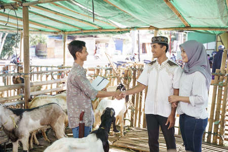 muslim people shake hand with farmer after buying a goat Reklamní fotografie