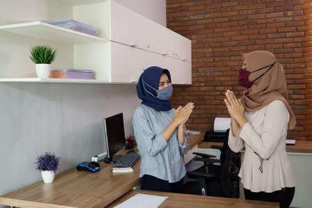 portrait of a beautiful muslim starting a business, a woman greeting her work partner Standard-Bild