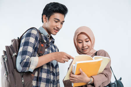 close up of beautiful muslim women explaining project on book to his partner Standard-Bild