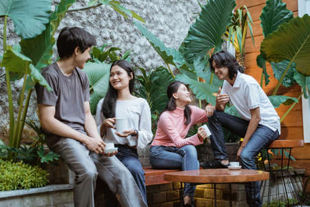 Group of young friends enjoying drinks Imagens