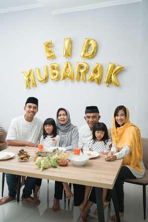 亚洲穆斯林家庭看着摄像机庆祝开斋节