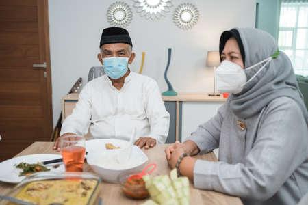 家庭穆斯林戴面具在家中庆祝开斋节穆巴拉克