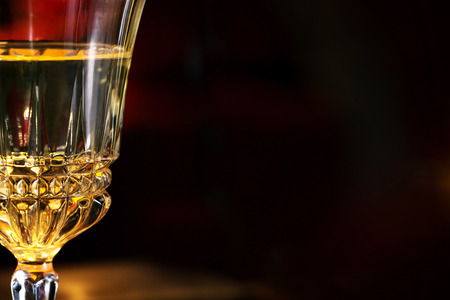 diner aux chandelles: partie d'un verre de vin lors d'un d�ner aux chandelles romantique, floue fond sombre avec copie espace Banque d'images