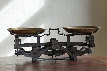 concepto equilibrio: antigua balanza de peso de metal