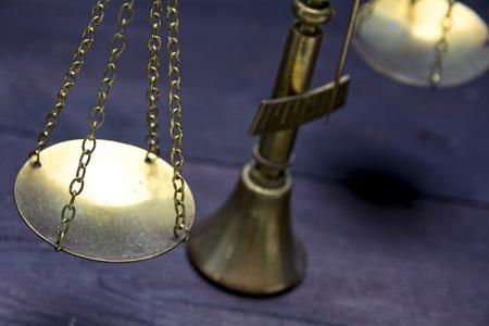 justicia: Parte de la escala o escalas de bronce sobre una madera oscura mostrando ley justicia o concepto jurídico, enfoque seleccionado y reducir la profundidad de campo Foto de archivo