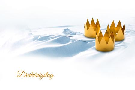 Driekoningen, gesymboliseerd door drie sleutelkronen op een besneeuwde achtergrond, Duitse tekst Dreiköningstag, dat betekent Drie Koningsdag Stockfoto