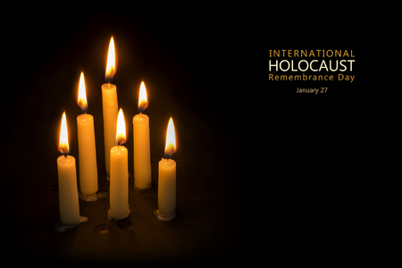 kerze: Sechs brennende Kerzen vor schwarzem Hintergrund