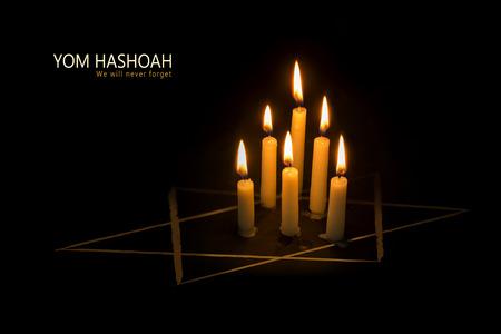 Zes brandende kaarsen en de ster van David tegen zwarte achtergrond