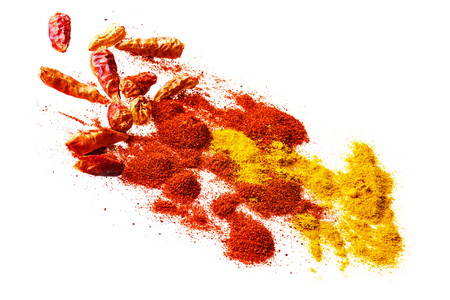 curry: especias picantes en rojo y amarillo, chiles secos y en polvo de pimentón y curry aisladas sobre fondo blanco