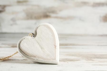 freistehende Jahrgang Herz aus Holz vor einem weißen gemalten hölzernen Hintergrund, Liebe Konzept mit Kopie Raum, Nahaufnahme mit ausgewählten Fokus und schmalen Schärfentiefe Lizenzfreie Bilder