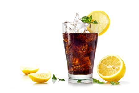 gaseosas: vaso de cola, té helado o coque con cubos de hielo, rodajas de limón adorna y menta, aislados en blanco