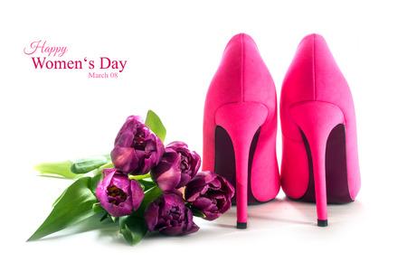 Las señoras zapatos de tacón alto de color rosa por detrás y tulipanes aislados con sombras sobre un fondo blanco, símbolo del concepto de amor, texto de ejemplo Feliz Día de la Mujer 08 de marzo de enfoque seleccionado Foto de archivo - 52418059