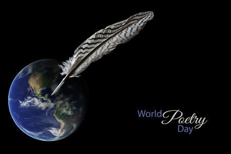 La pluma se coloca en un globo de la tierra borrosa contra un fondo negro, texto de la muestra en el espacio de la copia del Día Mundial de la Poesía, 21 de marzo de concepto para los escritores y la literatura