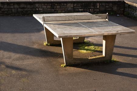 ping pong: robusta al aire libre mesa de ping pong de hormig�n con una red de metal sobre una superficie de asfalto, el espacio de copia Foto de archivo