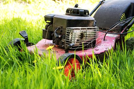 alte Rasenmäher in hohem Gras, vernachlässigten Garten, ausgewählten Fokus, schmalen Schärfentiefe Lizenzfreie Bilder