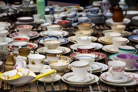 tasses de café décorées en porcelaine fine porcelaine, aussi appelés les tasses de collection, à la vente sur un marché aux puces, mise au point sélectionnée, profondeur de champ