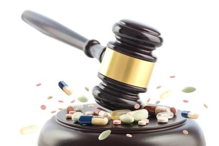Rechter hamer slaat op tabletten en pillen, rechter cocept, misdaad met drugs, medicijnen of doping, geïsoleerd op een witte achtergrond, geselecteerde focus, bewegingsonscherpte