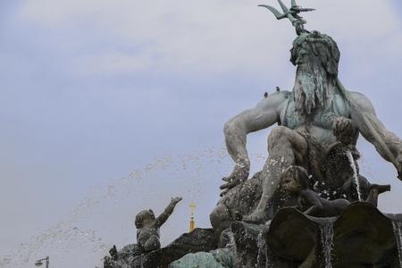 Deel van de Neptunusfontein in het centrum van Berlijn met de Griekse god Poseidon (= Neptunus voor Romeinen), district Mitte, Duitsland, kopie ruimte