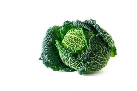 Verza verde, una sana verdura invernale, testa intera isolata su un bianco