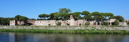 Panorama of the Cittadella Nuova (New Citadel), now called Giardino Scotto (Scotto's Garden) an old fortress in Pisa at the river Arno, Italy Stockfoto - 128606041