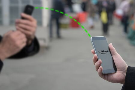 Contact tracing app against Coronavirus and Covid 19 pandemic spreading, when people in the city get too close, their smart phones connect, analyze the risk of infection and warn if necessary Foto de archivo