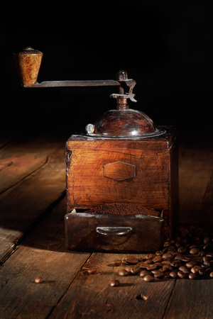 old coffee grinder with toasted coffee beans 版權商用圖片