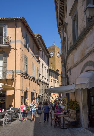 terni: ORVIETO, ITALY - JULY 2017 - Overview of a square of the square with old buildings, church and people under a blue sky in Orvieto, a pleasant and well-preserved medieval town. Editorial