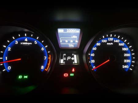 Tableau de bord du tableau de bord de voiture pendant la nuit. Compteur De Vitesse, Moteur, Allumage, Conduite, Sport Banque d'images