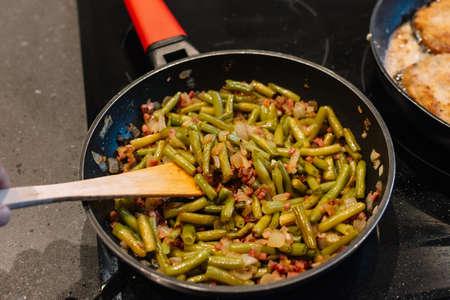 grüne Bohnen und Schinken. Ein traditionelles Gericht aus Spanien. Spanische Küche