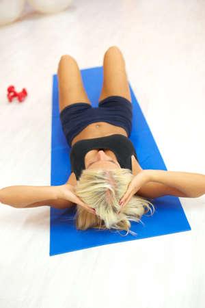 sit ups: sit ups in gym Stock Photo