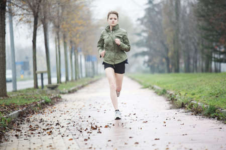 gens courir: femme en cours d'ex�cution Banque d'images