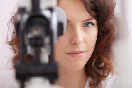 oculista: joven y bella oculista médico