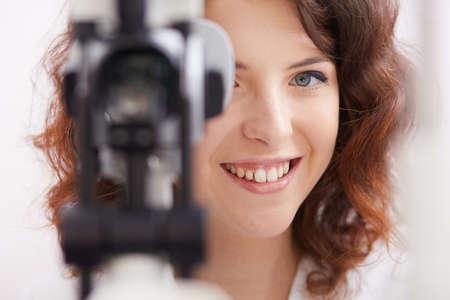 oculist: joven y bella oculista médico