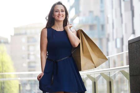 paso de peatones: Beautiful woman carrying many shopping bags on a city street
