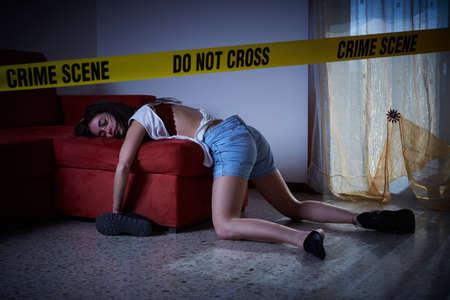Tatort Nachahmung. Leblose Frau auf dem Boden liegend Standard-Bild - 77007060