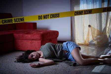 Tatort Nachahmung. Leblose Frau auf dem Boden liegend Standard-Bild - 77007065