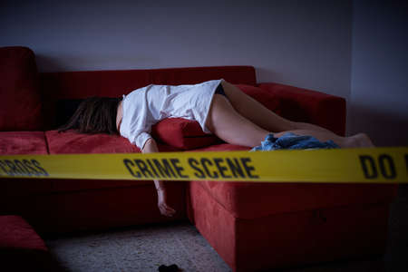 범죄 현장. 피해자가 바닥에 누워있다. 스톡 콘텐츠 - 81098451