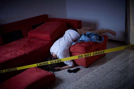 범죄 현장. 피해자가 바닥에 누워있다.
