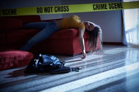 Simulazione della scena del crimine. Corpo della ragazza del college morto Archivio Fotografico - 83785881