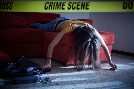 Simulazione della scena del crimine. Corpo della ragazza del college morto Archivio Fotografico - 83785874