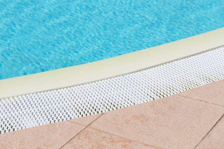 Swimming pool edge overflow drain grating Standard-Bild