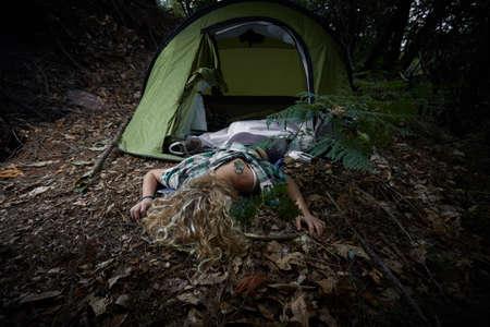 강간 후 숲에 누워있는 젊은 여자 스톡 콘텐츠