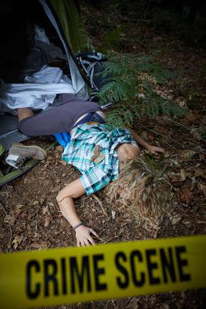 強姦後、森で死んで横たわっている若い女性