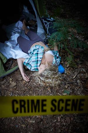 Junge Frau tot in einem Wald nach Vergewaltigung Standard-Bild - 87108147