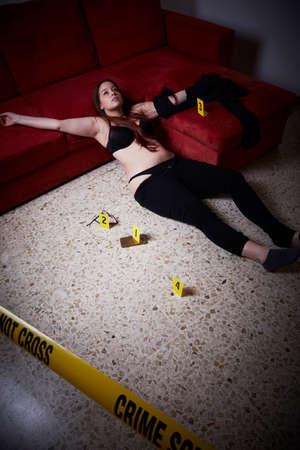 강간 후 죽은 거짓말을하는 젊은 여자 스톡 콘텐츠