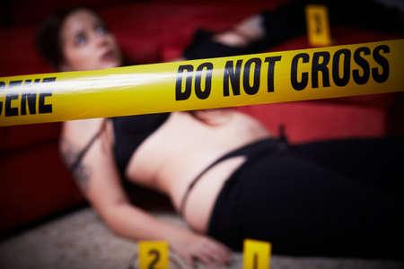 Junge Frau liegt tot nach Vergewaltigung Standard-Bild - 87182294