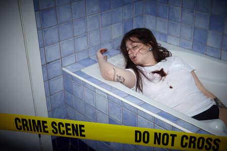 浴槽の中で死んで横たわっている若い女性