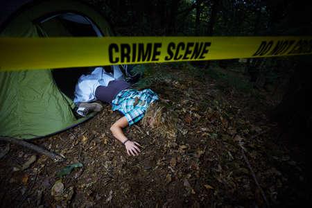 Junge Frau tot in einem Wald nach Vergewaltigung Standard-Bild - 88288742